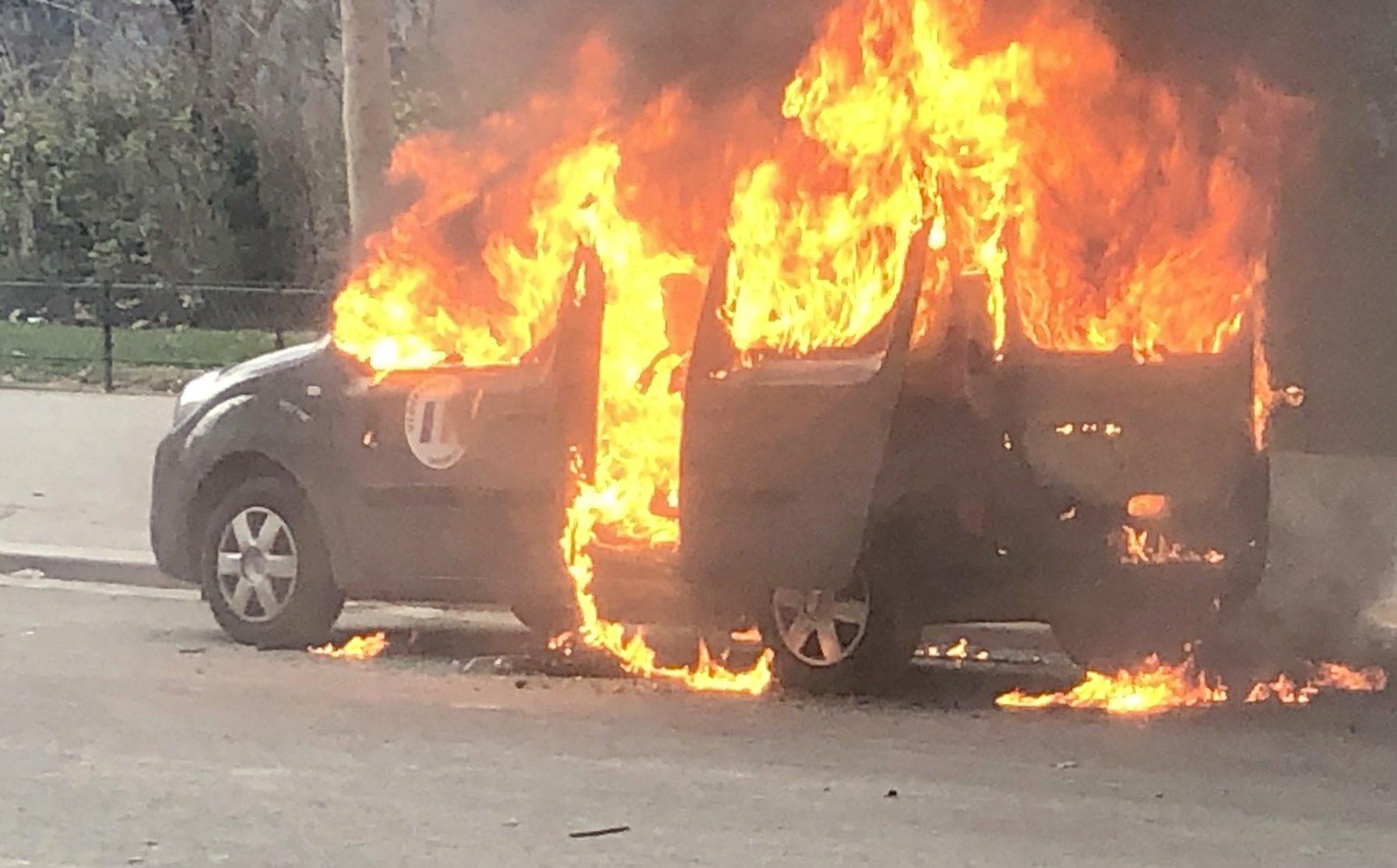 Le fourgon militaire incendié à Paris