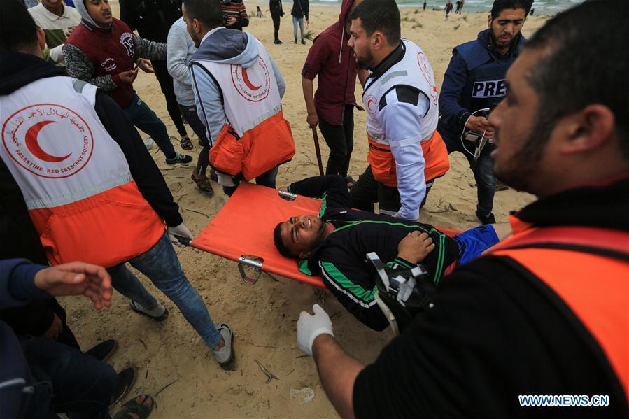 Evacuation d'un manifestant blessé hier mardi à Gaza