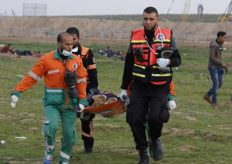 Evacuation d'un des manifestants blessés hier à Gaza