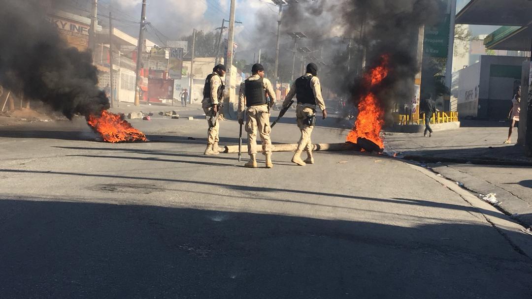 Forces de l'ordre patrouillant dans Port au Prince
