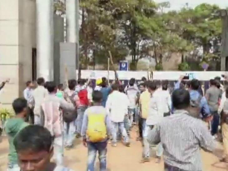 Manifestants à l'entrée de la fonderie