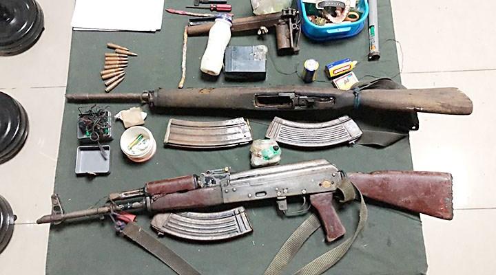 Les armes récupérées autour de la dépouille du