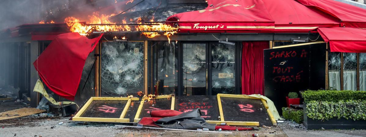 Le restaurant de luxe Le Fouquet's en train de bruler durant l'acte XIII des Gilets Jaunes