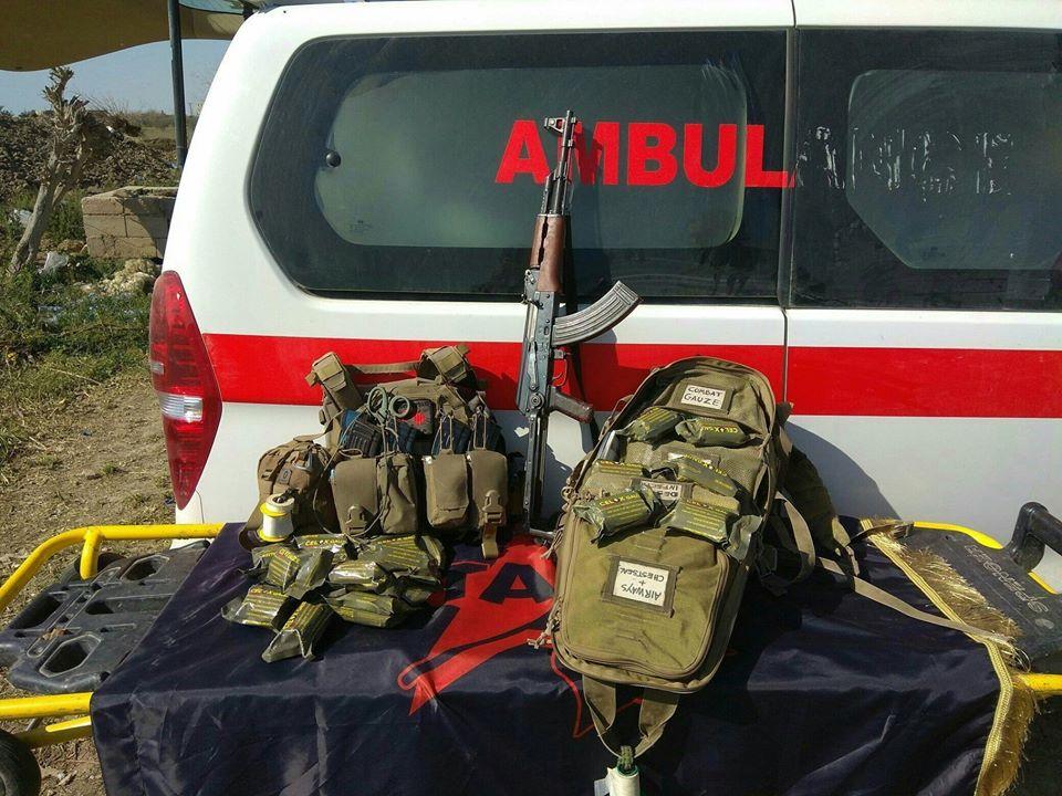 Des Celox dans l'équipement de la medic team de l'unité Tekoşîna Anarşîst (Lutte anarchiste) à Baghouz