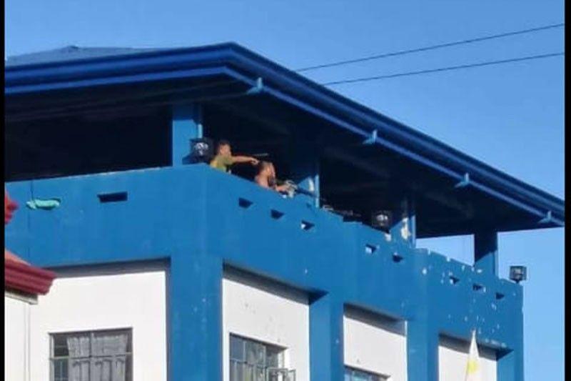 Policiers armés retranchés sur le toit du commissariat de Victoria