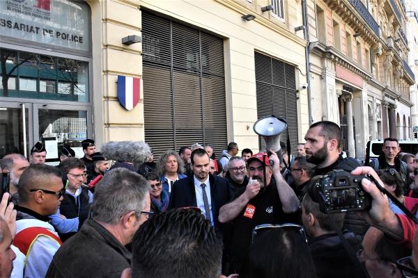 Rassemblement devant le commissariat de Noailles