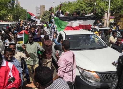 La foule célèbre la chute du régime