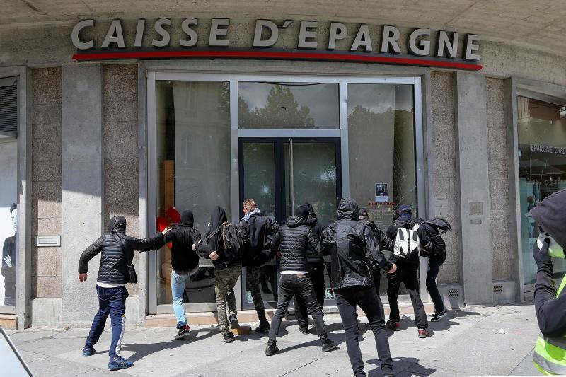 Les manifestants attaquent un banque à Amiens