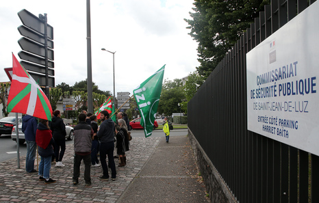 Rassemblement mardi soir devant le commissariat de Saint-Jean-de-Luz en soutien aux interpellés