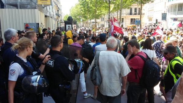 Le rassemblement solidaire devant le commissariat de Noailles