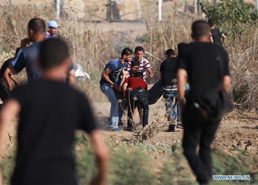 Manifestant blessé et emporté à Gaza