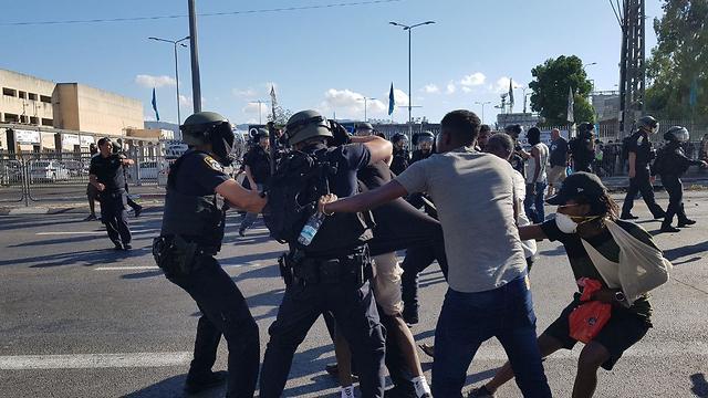 Empoignades entre manifestants et policiers à  Kiryat Ata