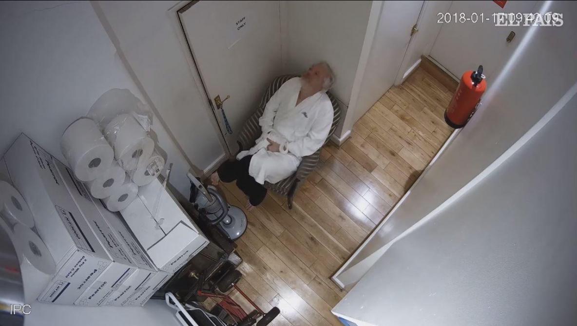 Julian Assange en train d'être espionné