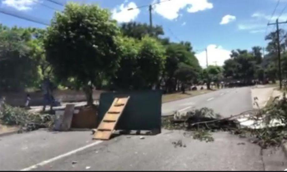 Obstacles posés sur le boulevard des forces armées