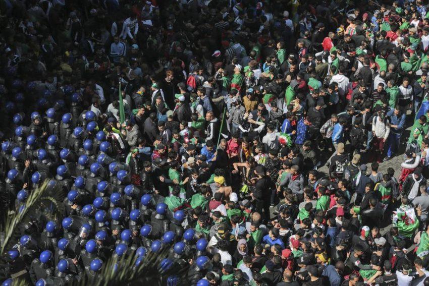 Policiers algériens face aux manifestants le 12 avril