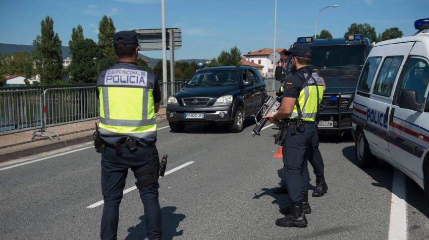 Des policiers français et espagnols contrôlent les abords de Biarritz, à la veille du sommet du G7
