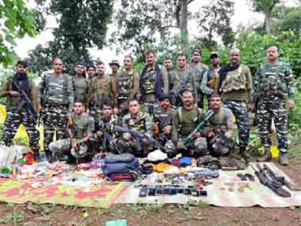 Les paramilitaires du CRPF devant le matériel retrouvé