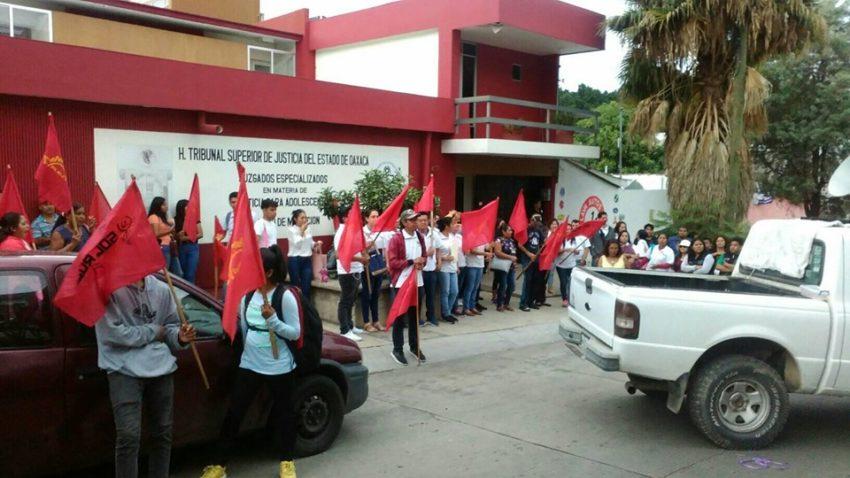 Membres du SINTS en action devant la haute cour de justice de Oaxaca