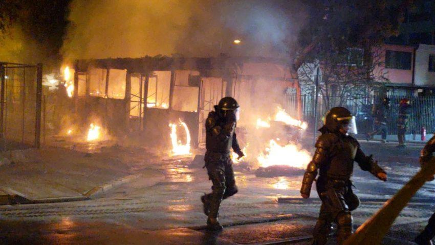 Un des bus incendiés à Barrio Yungay