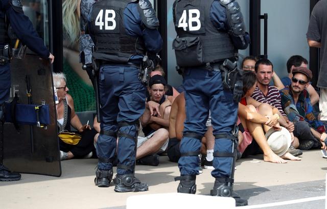 Des policiers retiennent un groupe de manifestants en marge du G7, à Bidart, le 25 août.