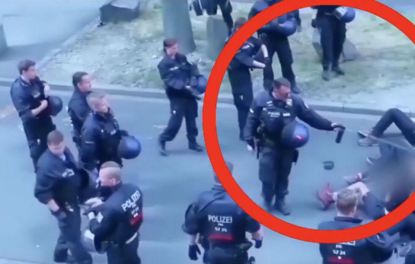 Un policier asperge des manifestant·e·s antifascistes de gaz poivré à Kassel le 20 juillet