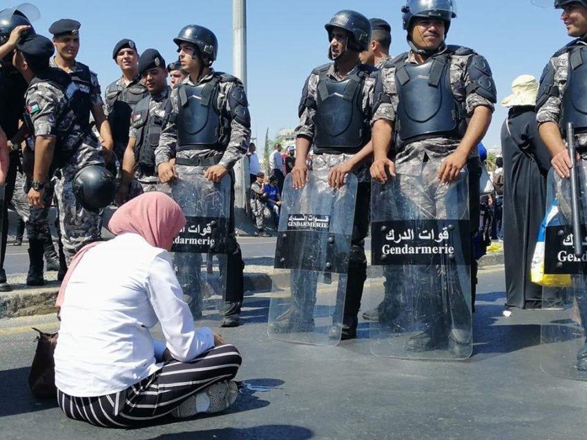 Enseignante jordanienne face à la police