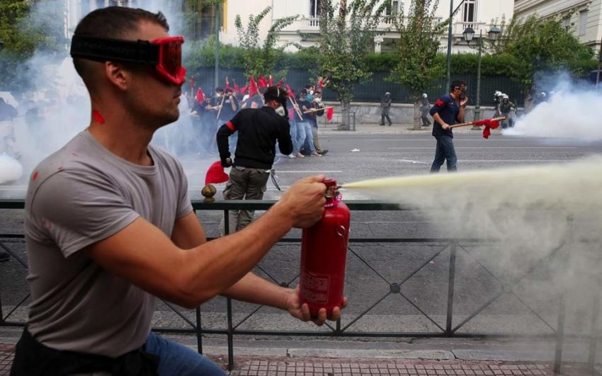 Manifestant vendredi à Athènes