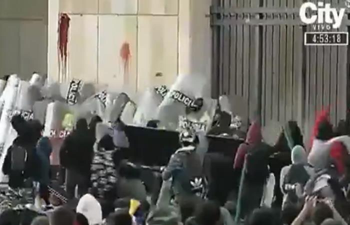 Caillassage des policiers protégeant le palais de justice