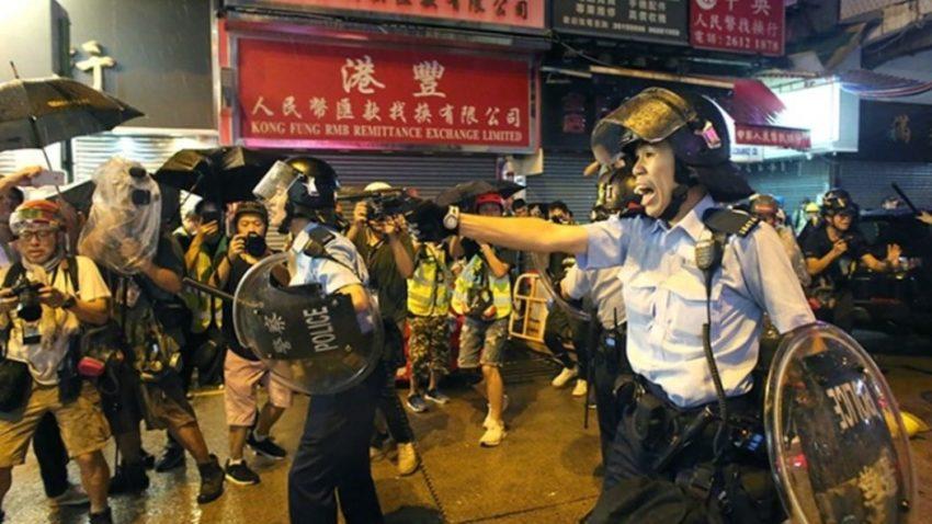 Un policier brandissant son arme à in Tsuen Wan.