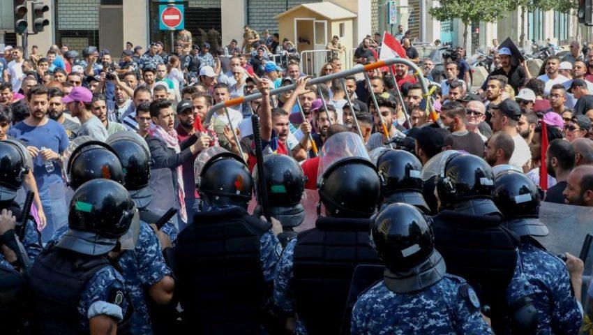 La police anti-émeute a repoussé les manifestants qui tentaient de franchir les barrières de sécurité devant le siège du gouvernement Place des Martyrs