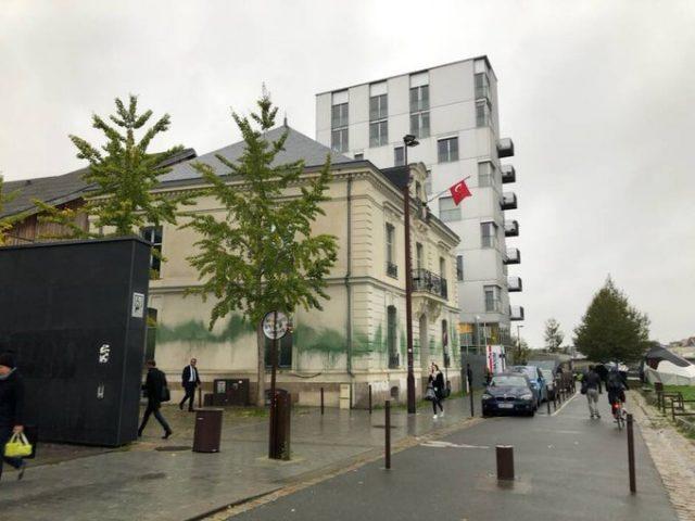 Le consulat turc badigeonné de peinture verte