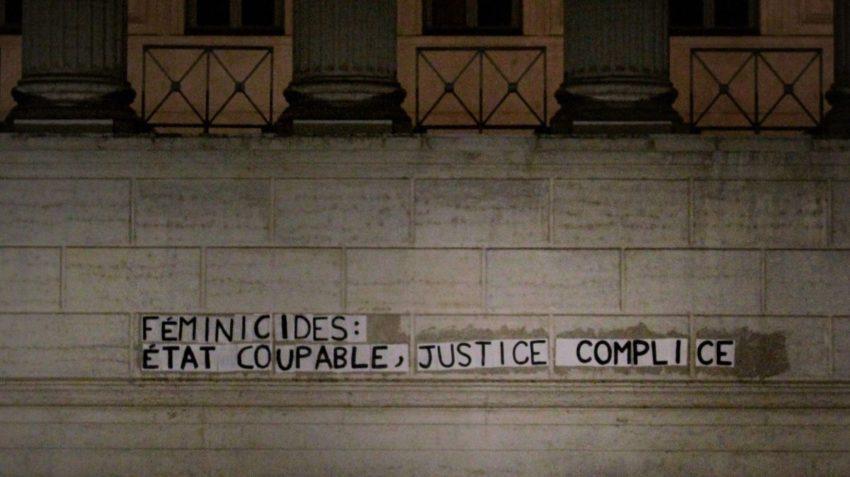 Collage de la cour d'assise de Lyon contre le féminicides