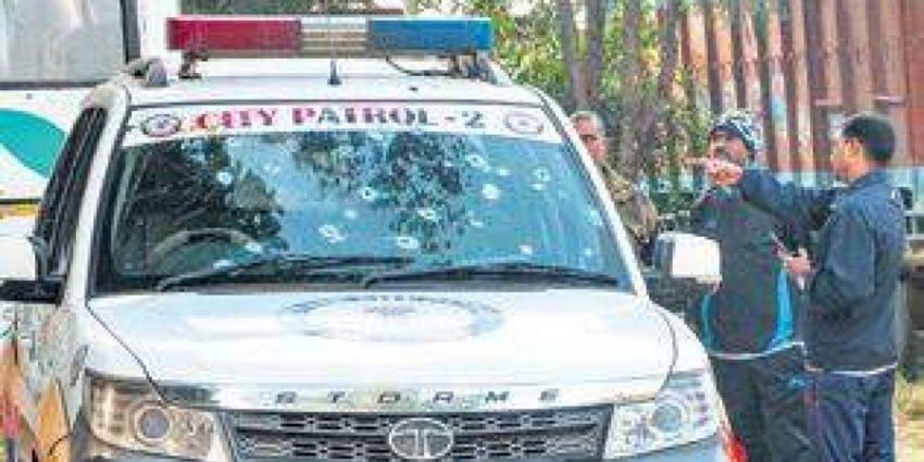 Le véahicule des policiers cibles de l'attaque