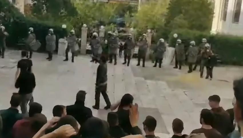 La police anti-émeute envahit l'Université d'économie et de business d'Athènes