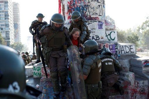 Manifestante arrêtée place de la dignité (ancienne place d'Italie)