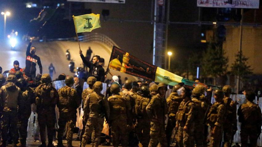 Les miliciens chiites derrière un barrage de militaires