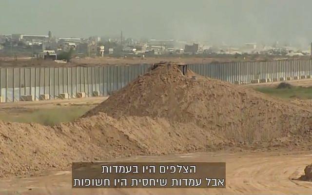 Un poste de tireur d'élite au sommet d'un mur de sable à la frontière de Gaza