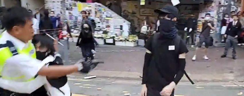 Le police visant le manifestant juste avant le tir