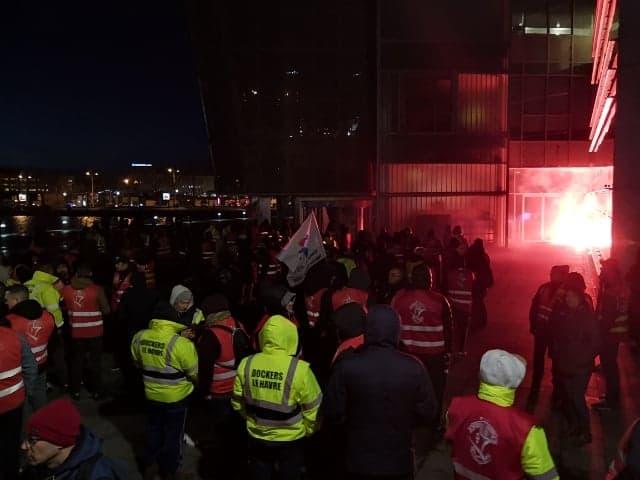 Les opposants massés devant la CCI du Havre, mercredi 15 janvier