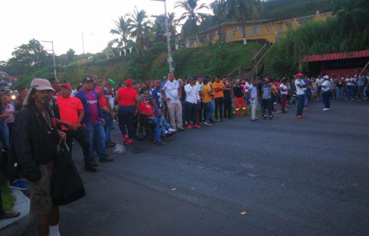 Manifestants barrant une route à Colon