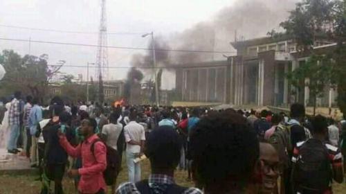 Les étudiants de l'UNIKIN brûlent, lundi 6 janvier 2020, le bâtiment administratif du site universitaire pour protester contre la disparité de frais académiques