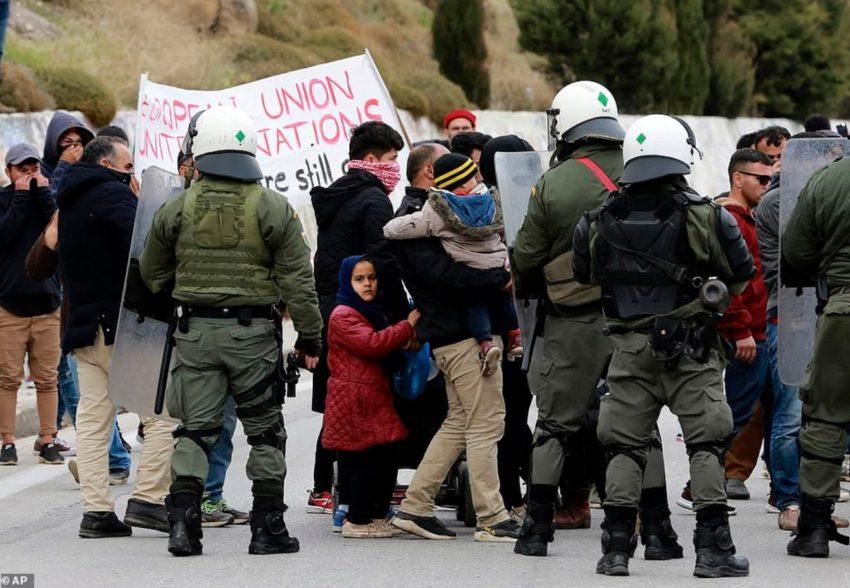 Affrontement entre une manifestations de migrant·es et la police sur l'île de Lesbos