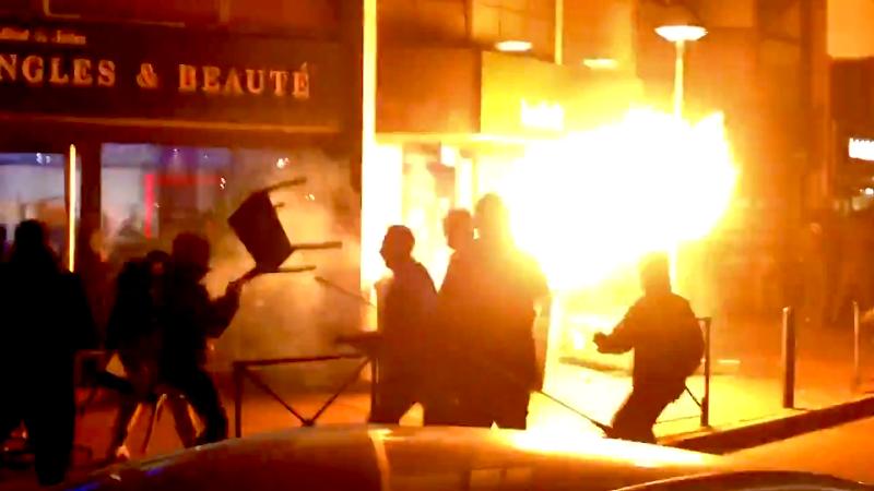 Lorsqu'un flare lancé par un antifa enflkamme le jet d'une gazeuse d'un fasciste