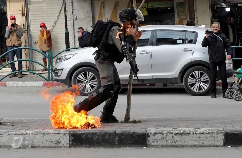 Un soldat des forces d'occupation touché par un cocktail Molotov à Hebrton