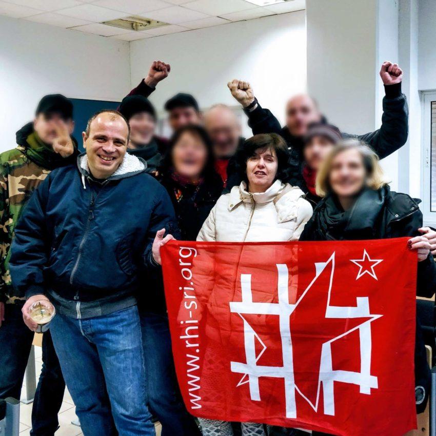 Nikos sdet Pola à leur procès, avec une délégation solidaire du SR