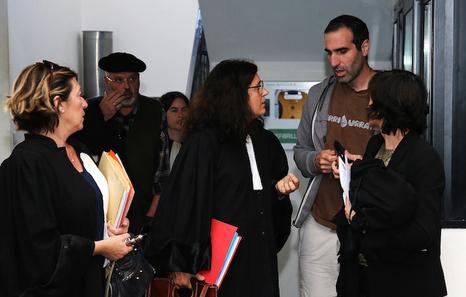 Peio Irigoien, avec ses avocats au tribunal de Bayonne