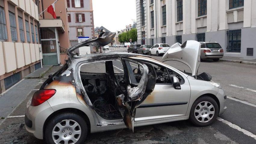 Le véhicule incendié au commissariat de police de Belfort.