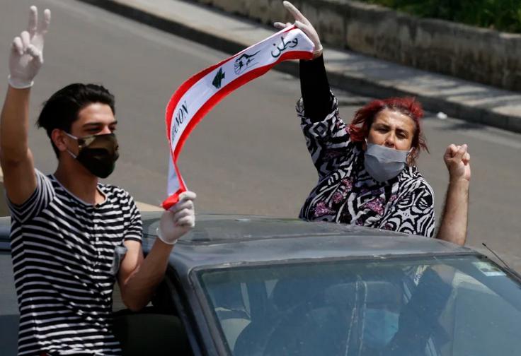 Des manifestant·es anti-gouvernementaux libanais manifestent depuis leur voiture