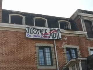 La banderole de soutien à Adil