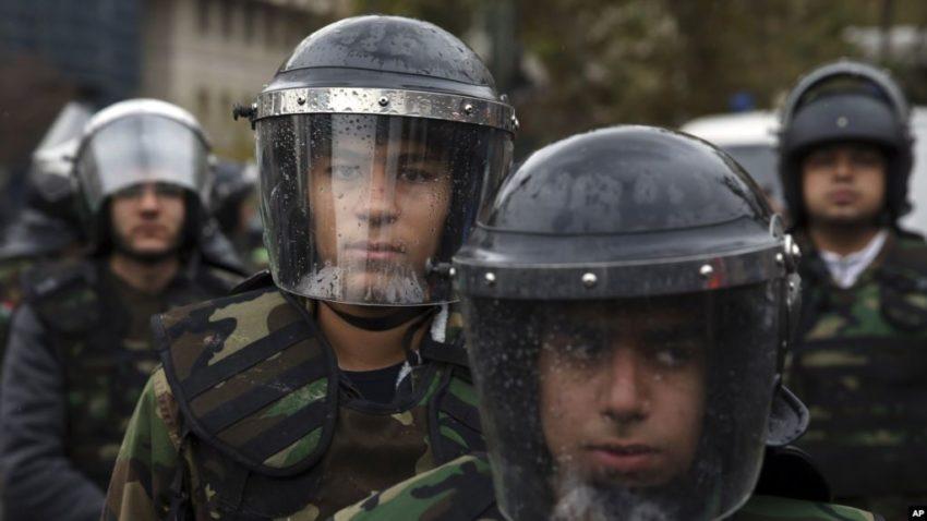 Miliciens Bassidj en tenue anti-émeute
